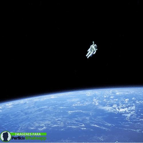 Astronauta orbitando